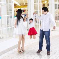 familia feliz jugando en el centro comercial