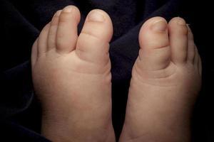 pé minúsculo de recém-nascido.
