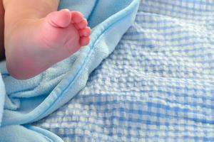 pie del bebé. concepto de fragilidad foto