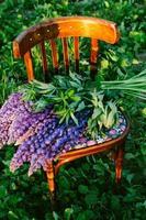 cadeira de madeira com flores