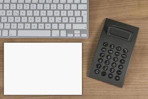 teclado y calculadora en escritorio foto