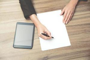 manos de mujer de negocios mientras escribe información esencial