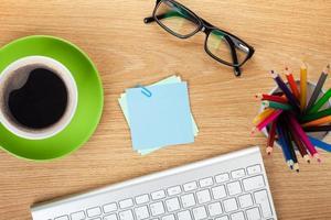 Post-it en blanco con material de oficina y taza de café foto