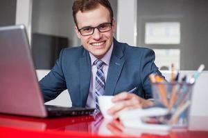 joven empresario trabajando en oficina brillante. foto