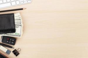 mesa de oficina con pc, suministros y dinero en efectivo