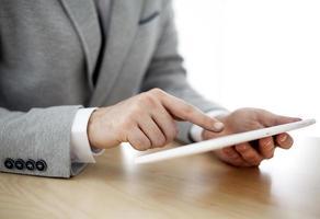 homme d'affaires travaillant avec une tablette numérique