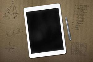 tableta y bocetos sobre cartón