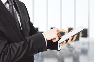 affärsman med digital surfplatta i tomt kontor