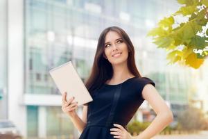mujer joven con tableta en la ciudad foto
