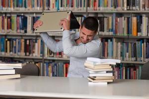 estudiante furioso tirando su computadora portátil