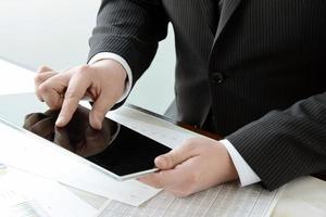 zakenman die degitale tablet gebruiken