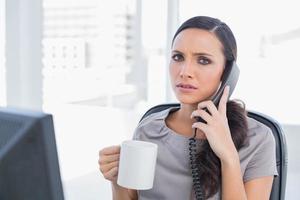 secretária preocupada atendendo telefone
