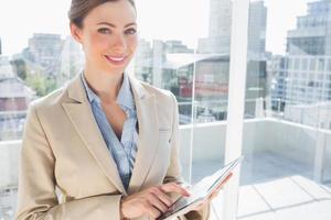 mooie zakenvrouw met behulp van haar tablet-pc