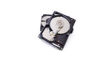 Las unidades de disco duro aíslan en el fondo blanco.