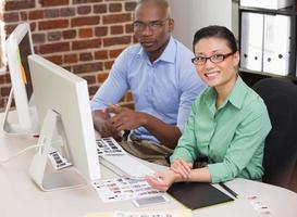 sonrientes editores de fotos en la oficina