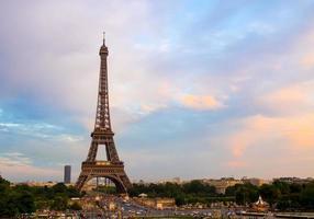 Torre Eiffel em Paris, França. Marcos da cidade com o céu do sol.