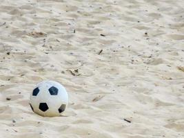 balón de fútbol playa foto