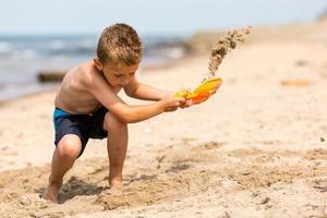 muchacho joven con pala de plástico