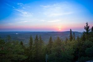 colorido atardecer en koli, finlandia