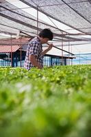 Aziatische boer werkt