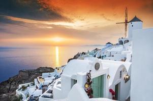puesta de sol en la isla de santorini, grecia foto