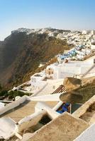 santorini, grecia: vista del pueblo de fira, la capital de la isla foto