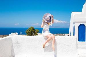 hübsche frau im weißen kleid auf santorini en creta
