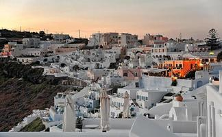 firostefani bij zonsondergang op Santorini, Griekenland