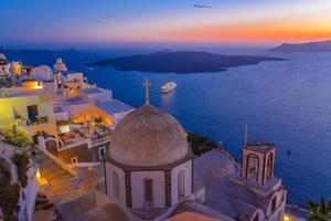 crepúsculo na cidade de fira, santorini, grécia