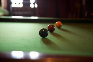 bolas de billar en la mesa foto