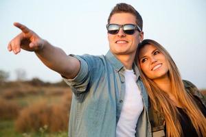 Retrato de la joven pareja feliz en el campo.