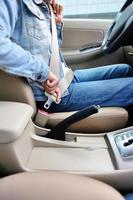 motorista mulher apertar o cinto de segurança