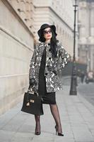 mujer joven atractiva en tiro de moda de invierno urbano foto