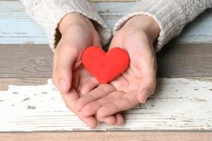 corazón rojo en manos femeninas foto
