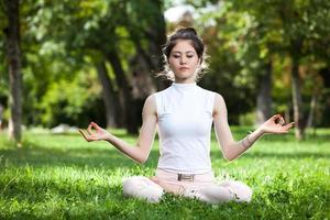 mujer joven haciendo yoga foto