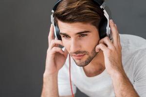 disfrutando de su música favorita. foto