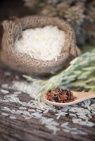 arroz integral de jazmín en cuchara de madera foto