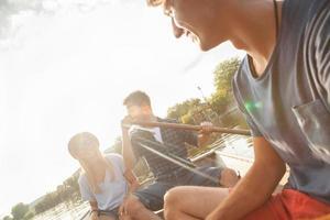 amigos disfrutando en un bote