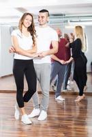 parejas disfrutando del baile en pareja foto