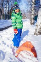 niño disfrutando de un paseo en trineo