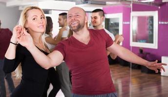 parejas disfrutando del baile en pareja