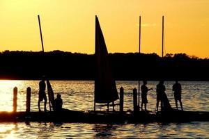 les marins profitent du coucher de soleil sur le lac mendota