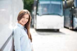 hermosa joven está disfrutando de su viaje