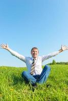 hombre de negocios feliz disfruta del sol en la naturaleza foto