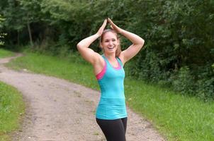 mujer joven deportiva que disfruta de su ejercicio al aire libre foto