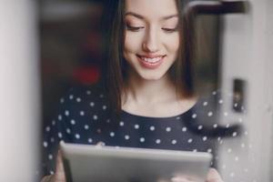 linda jovem gosta de telefone e tablet