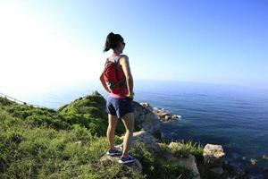 jonge fitness vrouw trail runner genieten van het uitzicht