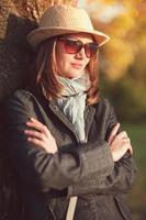 mulher bonita no chapéu e cachecol desfrutar da luz solar