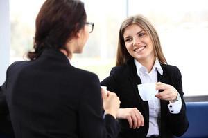 Los trabajadores de oficina en pausa para el café, mujer disfrutando de charlar