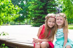 Niñas adorables felices disfrutando el cálido día de verano foto